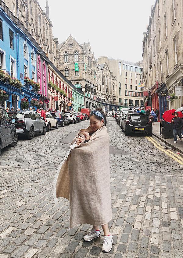 Lan Phương dùng khăn ủ ấm cho con khi du lịch Scotland - Ảnh 2