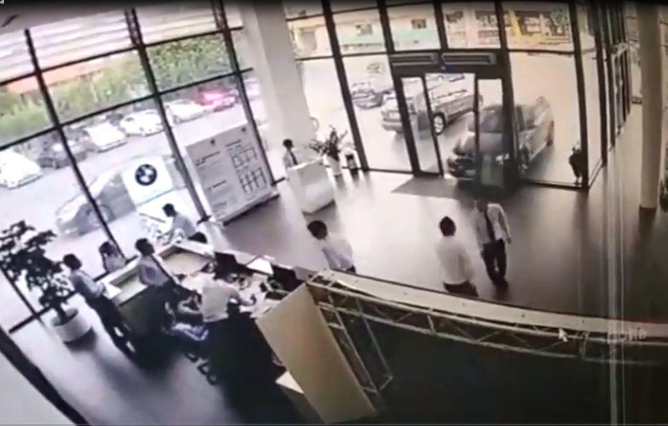 Nữ tài xế đạp nhầm chân ga, ô tô đâm tan nát đại lý xe BMW - Ảnh 1