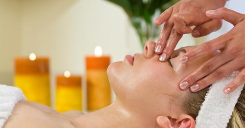 Massage da mặt với tinh dầu giúp dưỡng ẩm cho da vào buổi tối
