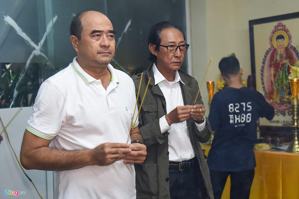 Hùng Thuận và đoàn phim 'Đất phương Nam' viếng Nguyễn Hậu đêm 29 Tết - Ảnh 3