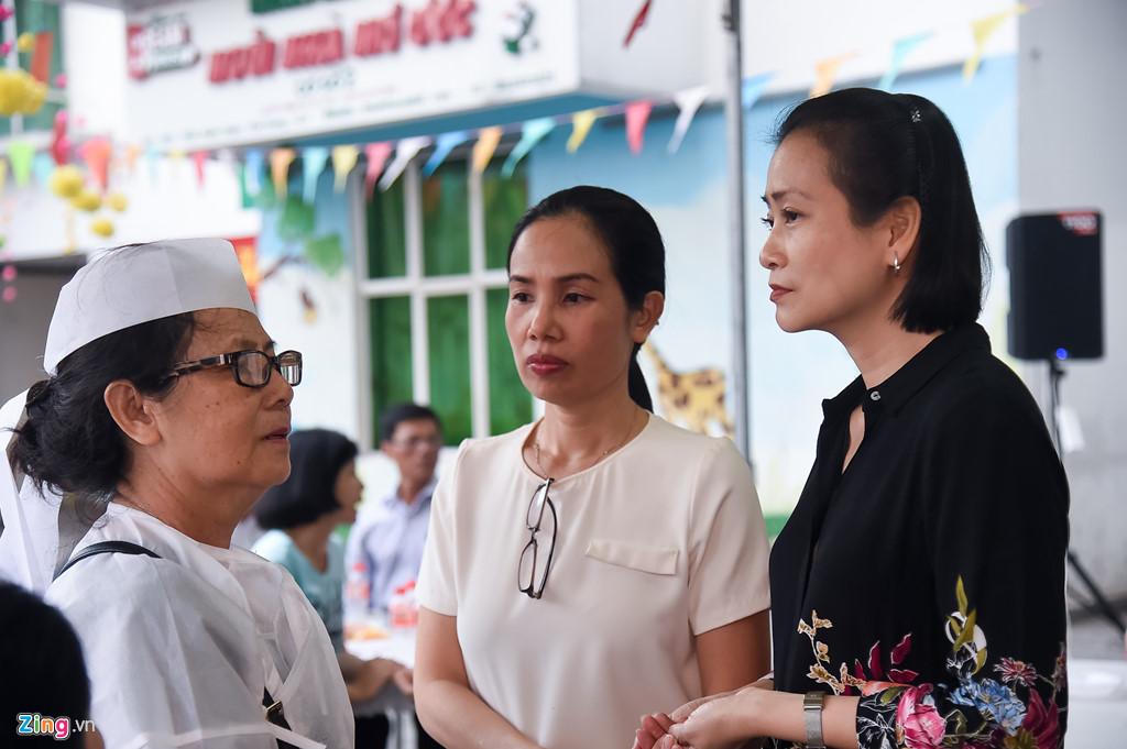 Hùng Thuận và đoàn phim 'Đất phương Nam' viếng Nguyễn Hậu đêm 29 Tết - Ảnh 1