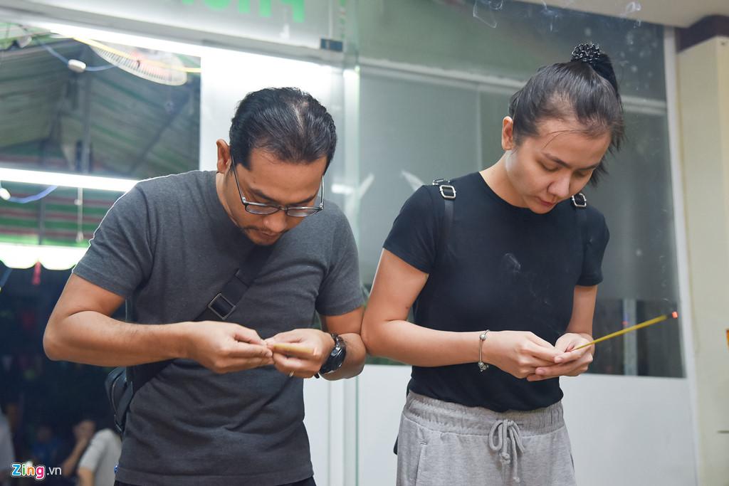 Hùng Thuận và đoàn phim 'Đất phương Nam' viếng Nguyễn Hậu đêm 29 Tết - Ảnh 6