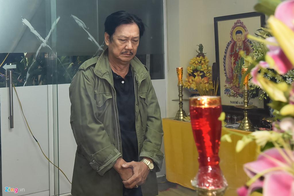 Hùng Thuận và đoàn phim 'Đất phương Nam' viếng Nguyễn Hậu đêm 29 Tết - Ảnh 9