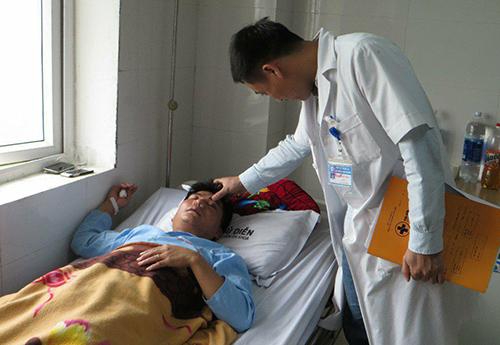 Thầy giáo bị đánh dập sống mũi vì tát học sinh - Ảnh 1