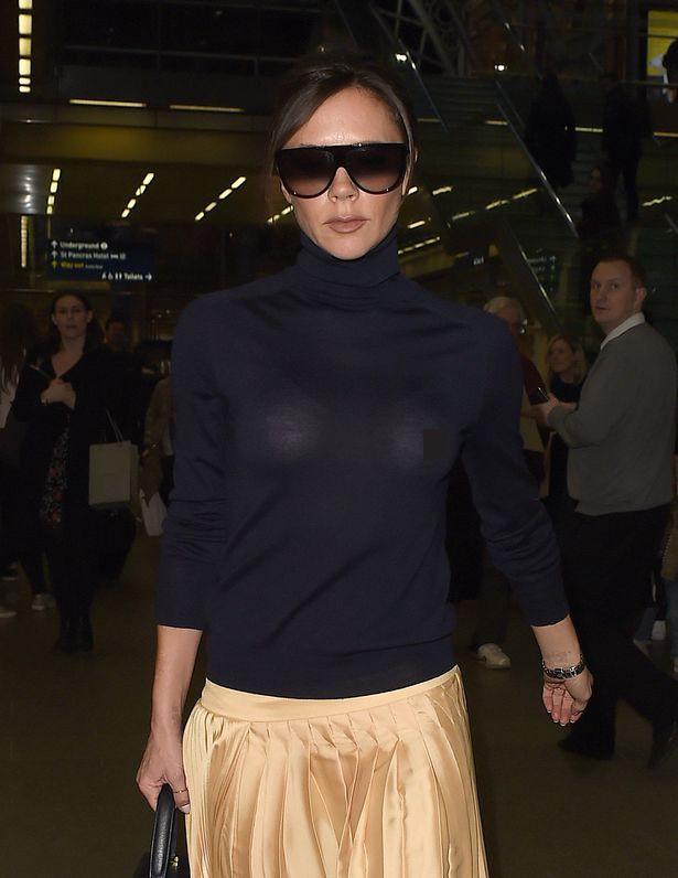 Victoria Beckham lộ cả nhũ hoa giữa sân bay đông người vì thả rông vòng 1 - Ảnh 1