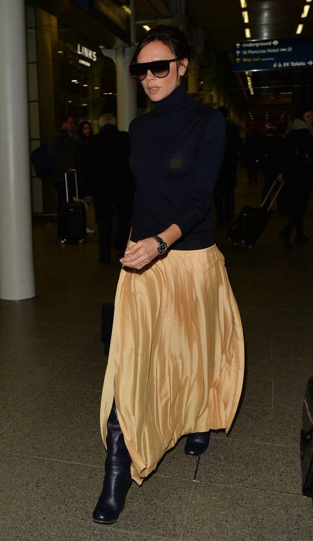Victoria Beckham lộ cả nhũ hoa giữa sân bay đông người vì thả rông vòng 1 - Ảnh 2