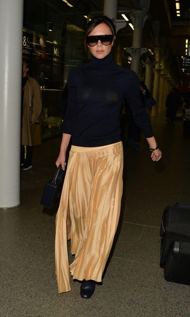 Victoria Beckham lộ cả nhũ hoa giữa sân bay đông người vì thả rông vòng 1 - Ảnh 3