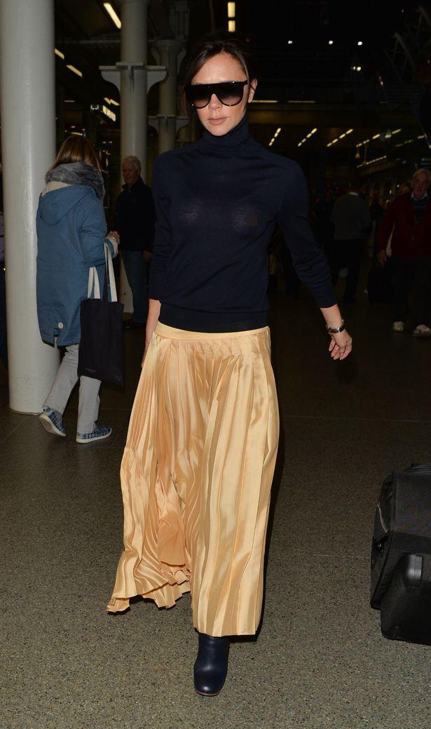 Victoria Beckham lộ cả nhũ hoa giữa sân bay đông người vì thả rông vòng 1 - Ảnh 4