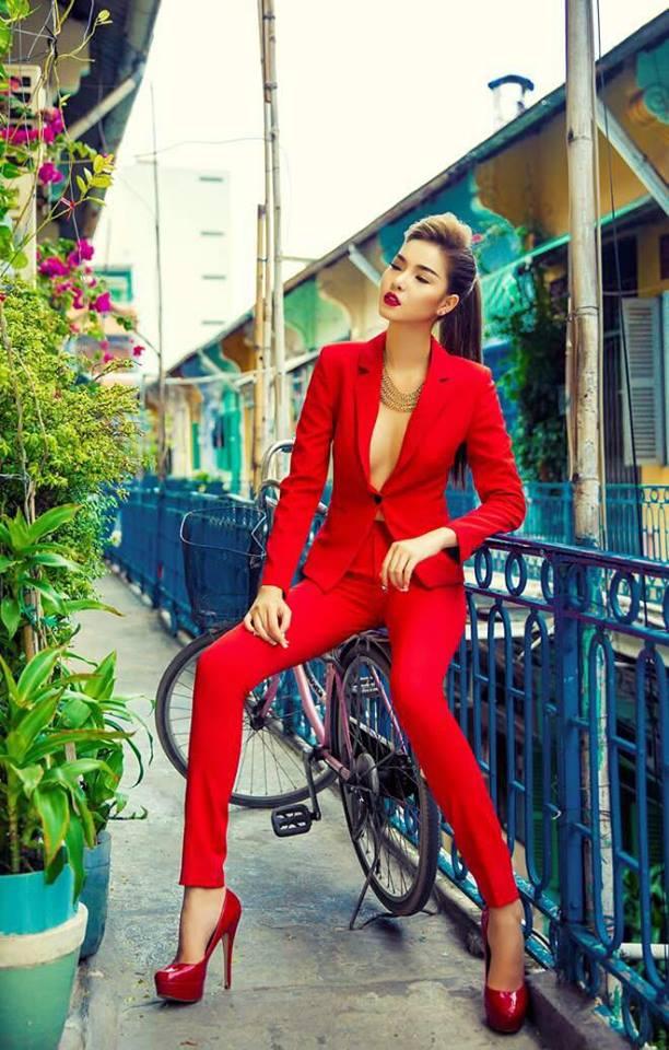 Hoa hậu Mai Phương Thúy mặc váy 2 dây khoe ngực đầy - Ảnh 11