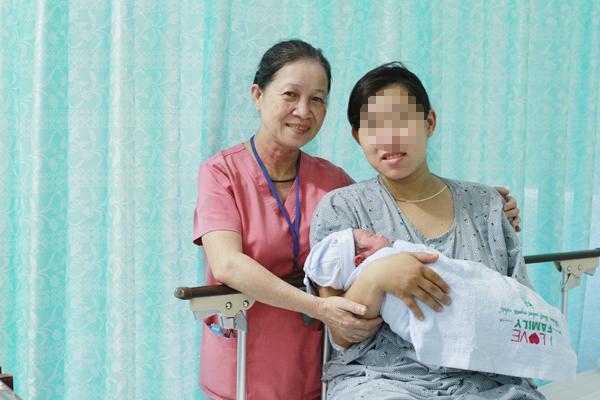 (Hy hữu) Sản phụ sinh con ngay trên xe cấp cứu - Ảnh 1