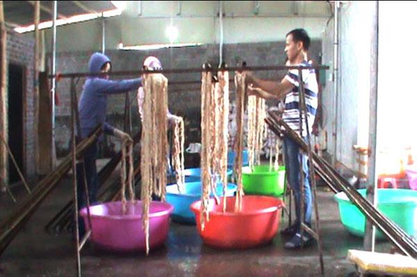 Kinh hoàng 1,3 tấn lòng lợn thối được sấy khô chuẩn bị đem bán - Ảnh 1