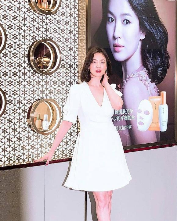 Song Hye Kyo trẻ như gái đôi mươi, gợi cảm với đầm trắng tinh khôi - Ảnh 2