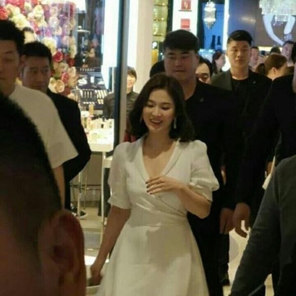 Song Hye Kyo trẻ như gái đôi mươi, gợi cảm với đầm trắng tinh khôi - Ảnh 1