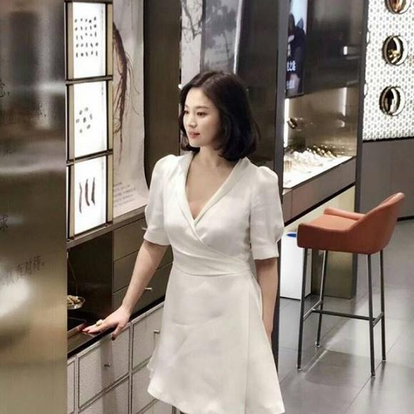 Song Hye Kyo trẻ như gái đôi mươi, gợi cảm với đầm trắng tinh khôi - Ảnh 4