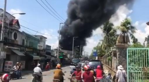 Xưởng gia công thùng xốp phát hỏa trên đường Hà Huy Giáp - Ảnh 1