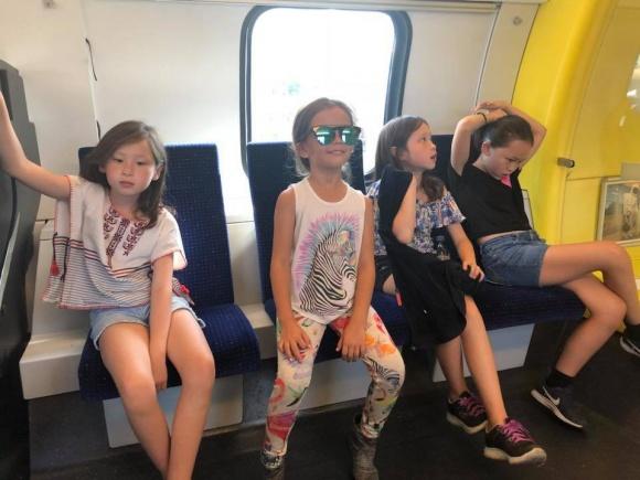 Hậu ly hôn, Hồng Nhung vui vẻ đưa hai con đi du lịch Thụy Sĩ - Ảnh 3