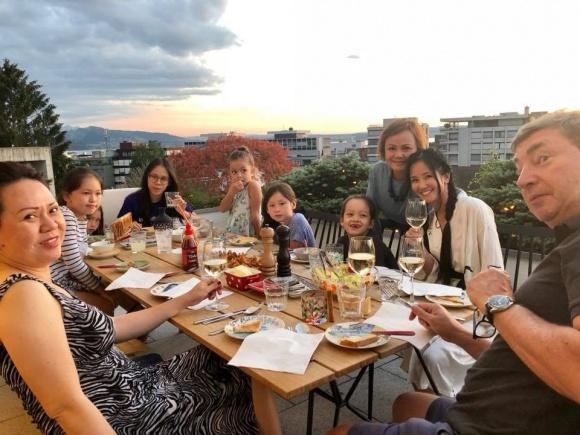 Hậu ly hôn, Hồng Nhung vui vẻ đưa hai con đi du lịch Thụy Sĩ - Ảnh 1