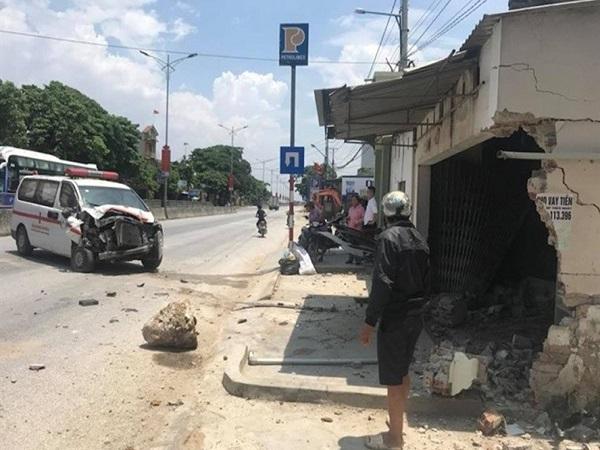 Xe cứu thương mất lái đâm sập nhà dân - Ảnh 1