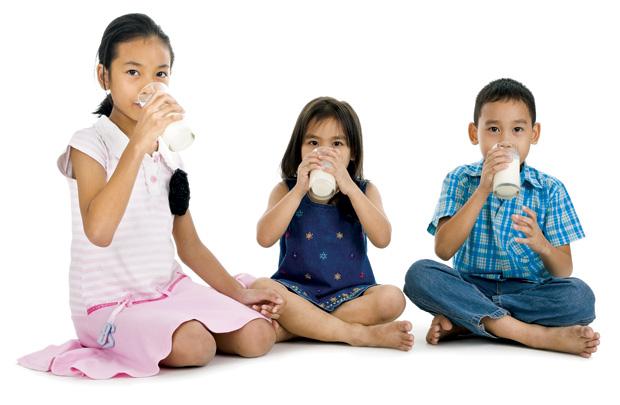 Uống sữa đều đặn mỗi ngày giúp bé phát triển chiều cao tốt hơn