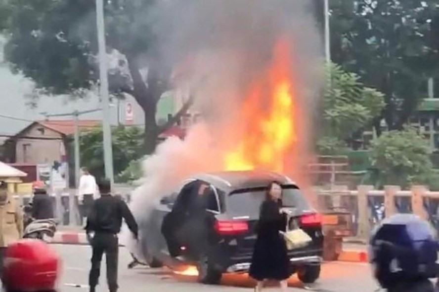 Vụ Mercedes GLC bốc cháy giữa phố: Nạn nhân công tác tại ĐH Ngoại thương - Ảnh 1