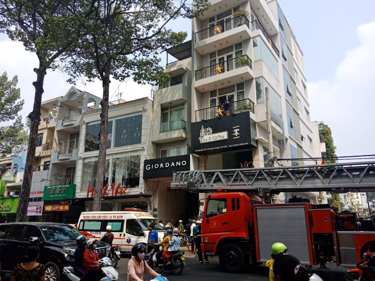 TP. HCM: Thang máy gặp sự cố, nam thanh niên bị kẹt cổ giữa thang máy với sàn nhà nguy kịch - Ảnh 1