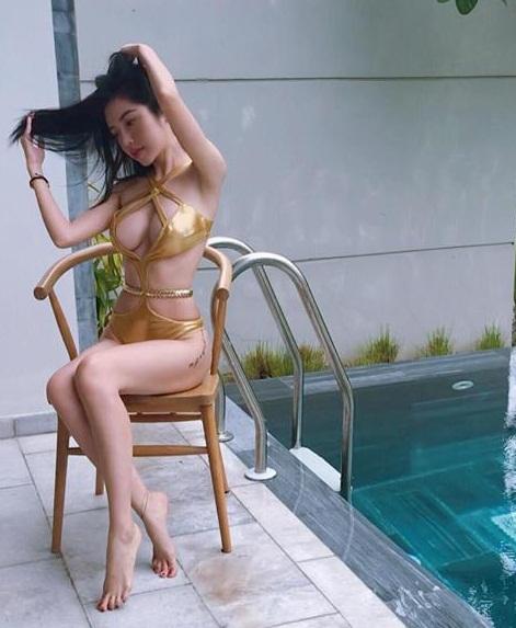 Elly Trần tiếp tục mặc bikini khoe ngực 'khủng' gây 'nhức mắt' ở bể bơi - Ảnh 2