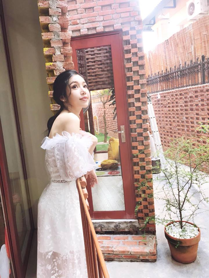 Elly Trần tiếp tục mặc bikini khoe ngực 'khủng' gây 'nhức mắt' ở bể bơi - Ảnh 12