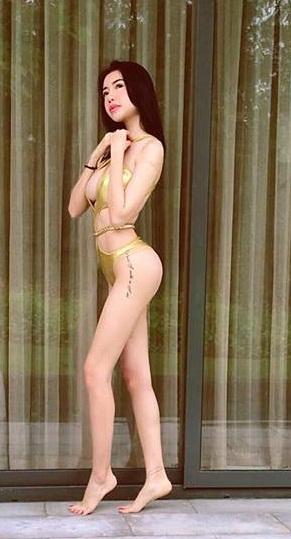Elly Trần tiếp tục mặc bikini khoe ngực 'khủng' gây 'nhức mắt' ở bể bơi - Ảnh 3