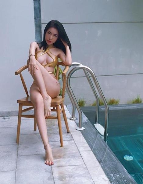 Elly Trần tiếp tục mặc bikini khoe ngực 'khủng' gây 'nhức mắt' ở bể bơi - Ảnh 1