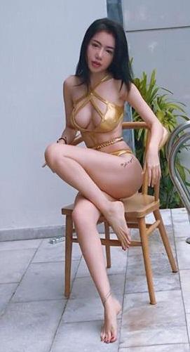 Elly Trần tiếp tục mặc bikini khoe ngực 'khủng' gây 'nhức mắt' ở bể bơi - Ảnh 4