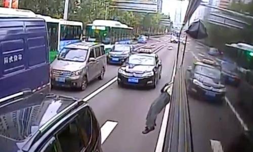 Hoảng hốt clip cụ ông mở cửa sổ nhảy khỏi xe buýt giữa đường đông đúc - Ảnh 2