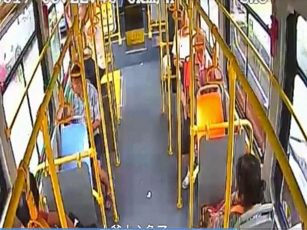 Hoảng hốt clip cụ ông mở cửa sổ nhảy khỏi xe buýt giữa đường đông đúc - Ảnh 1