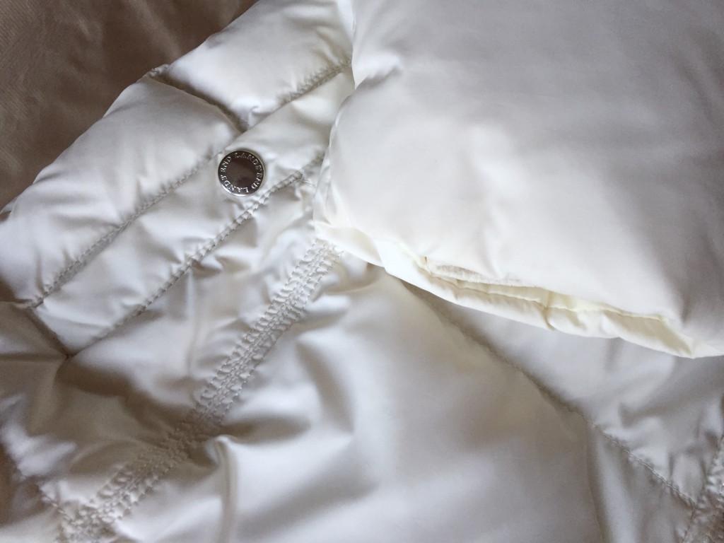 Áp dụng cách giặt áo lông vũ đúng cách các bạn sẽ có áo trắng sạch như mới