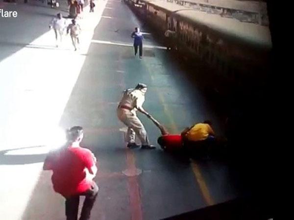 Cảnh sát phản ứng nhanh cứu người phụ nữ ngã vào đường ray khi tàu đang chạy - Ảnh 1