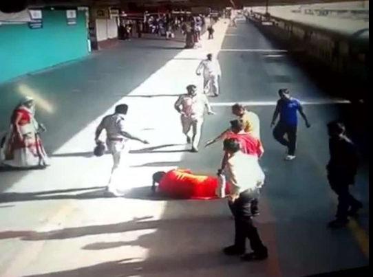 Cảnh sát phản ứng nhanh cứu người phụ nữ ngã vào đường ray khi tàu đang chạy - Ảnh 2