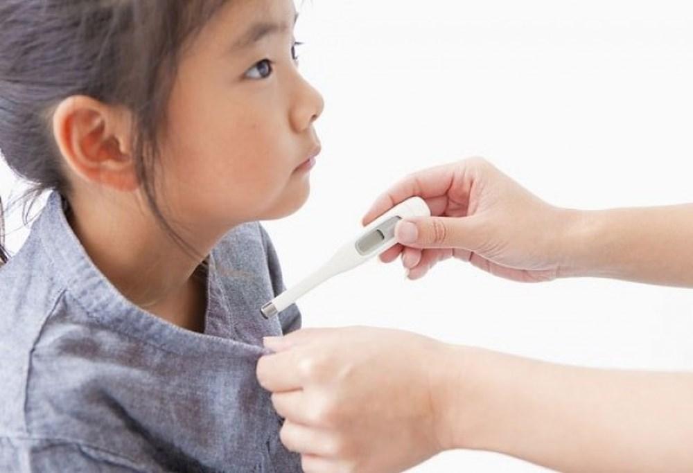 Trẻ sốt nhẹ kéo dài nhiều ngày, bố mẹ không nên chủ quan - Ảnh 2