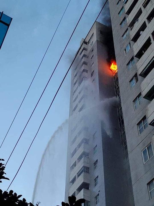 Cháy tòa nhà 23 tầng ở Hà Nội, hàng trăm cư dân bỏ chạy tán loạn - Ảnh 1