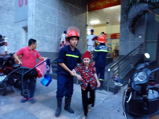 Cháy tòa nhà 23 tầng ở Hà Nội, hàng trăm cư dân bỏ chạy tán loạn - Ảnh 5