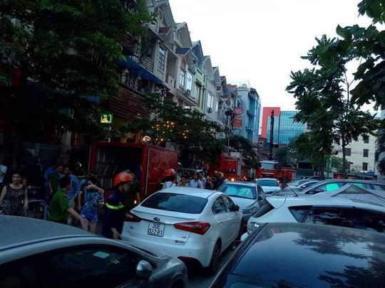 Cháy tòa nhà 23 tầng ở Hà Nội, hàng trăm cư dân bỏ chạy tán loạn - Ảnh 6