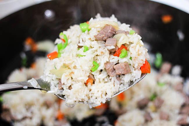 Cơm rang thịt bò đơn giản, dễ nấu mà ngon miệng cho bữa sáng - Ảnh 2