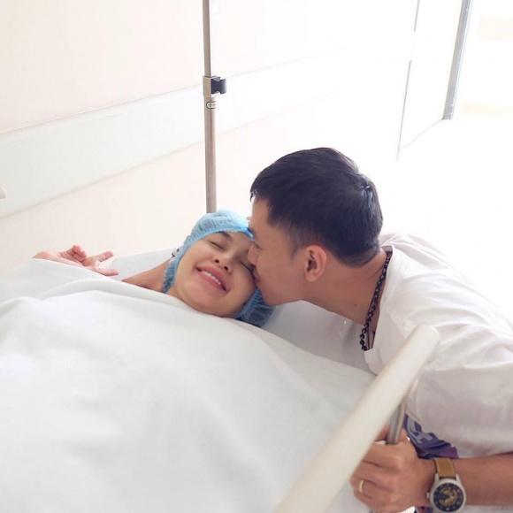 Được chồng hết lòng chăm sóc, Tú Vi vẫn khóc cả tiếng trong hai tuần đầu sau sinh vì tủi thân - Ảnh 1