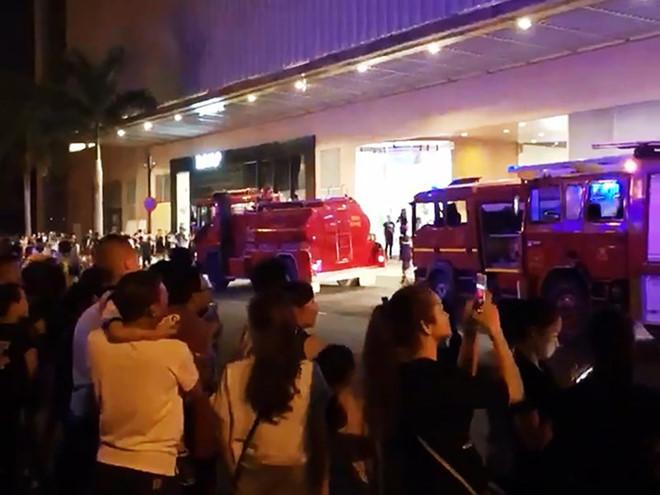 Nghe chuông báo cháy, nghìn người hốt hoảng chạy khỏi Crescent Mall - Ảnh 2