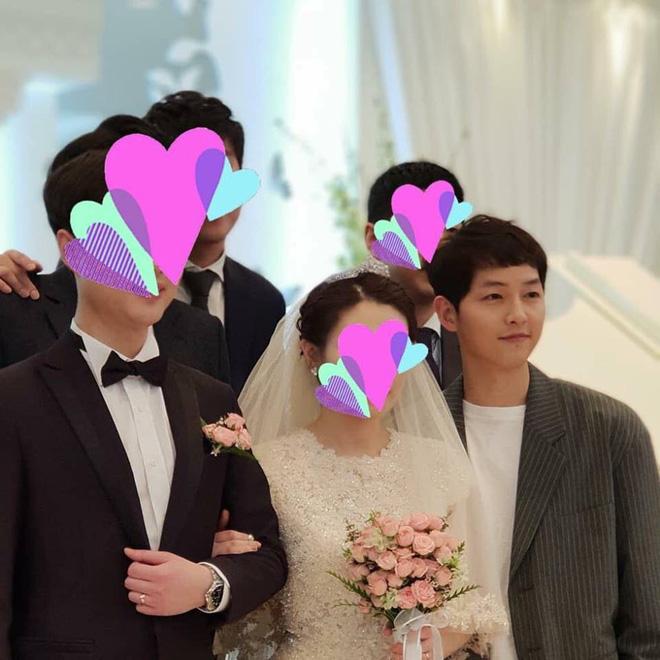 Song Joong Ki ăn diện bảnh bao, chạy show đám cưới mà không có Song Hye Kyo - Ảnh 1
