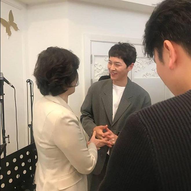Song Joong Ki ăn diện bảnh bao, chạy show đám cưới mà không có Song Hye Kyo - Ảnh 2
