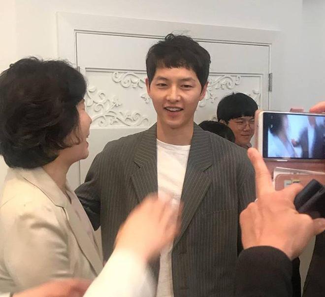 Song Joong Ki ăn diện bảnh bao, chạy show đám cưới mà không có Song Hye Kyo - Ảnh 3