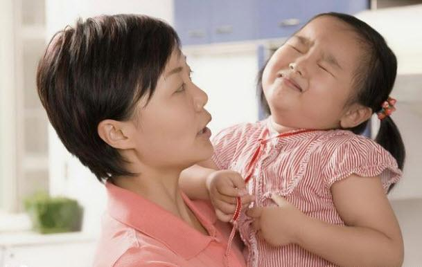 Bé 3 tuổi bị mẹ đổ nước nóng vào tay, chồng sau khi biết lý do lại đồng tình - Ảnh 2