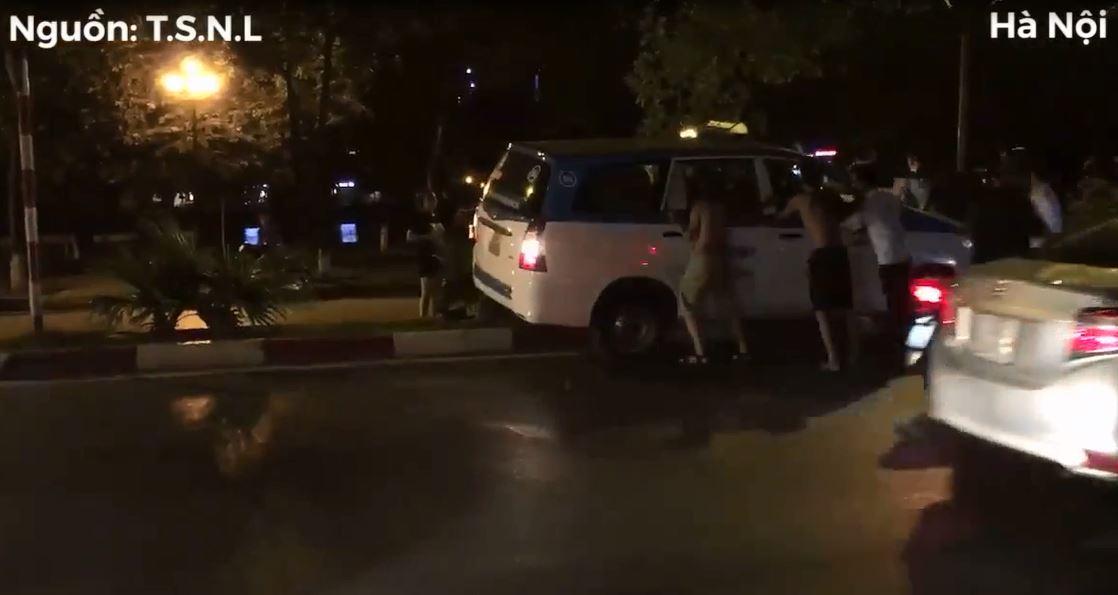 Taxi lao lên con lươn trong đêm, đám đông hợp sức 'giải cứu'  - Ảnh 2