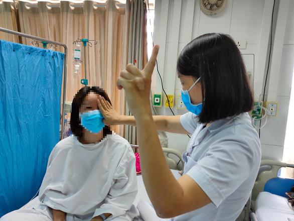 Nữ nhân viên ngân hàng 27 tuổi mù trở lại sau khi tiêm filler nâng mũi 1 triệu/lần - Ảnh 1