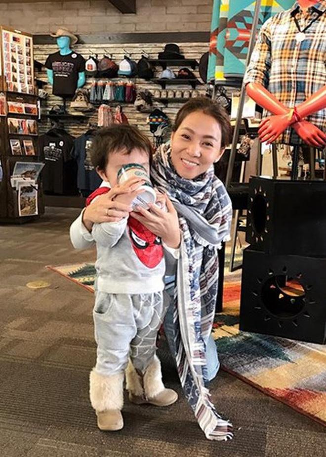 Sau 3 năm úp mở, 'Bé Gấu' - con trai Thu Minh lần đầu lộ diện rõ mặt, lớn phổng phao khi đi diễn cùng mẹ - Ảnh 3
