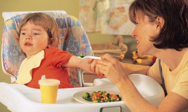 Cha mẹ thông thái học cách hiểu ngôn ngữ của trẻ trên bàn ăn qua 5 dấu hiệu này - Ảnh 2
